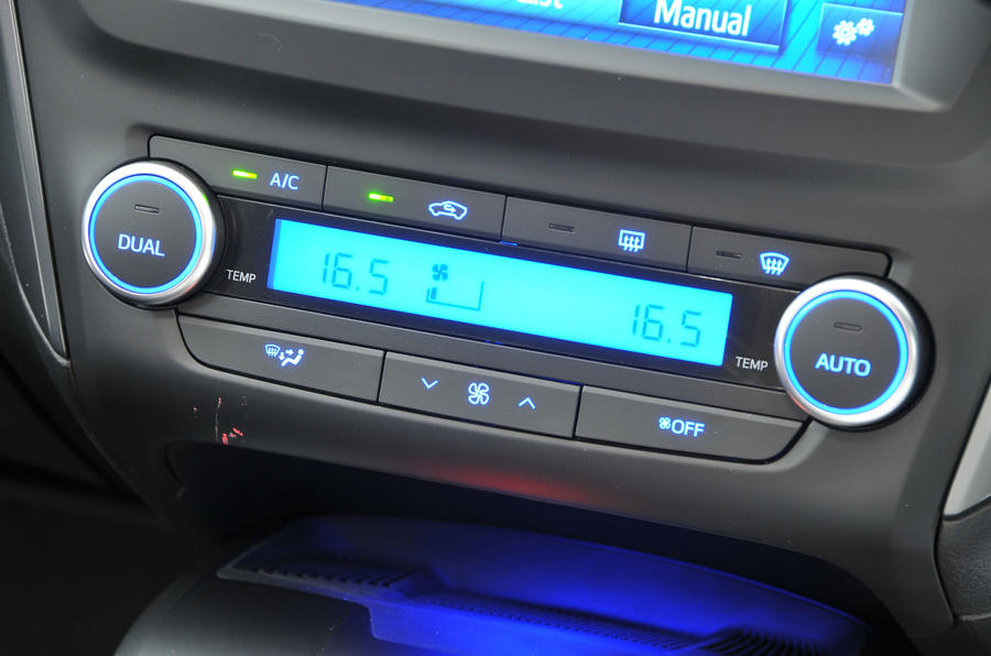 Toyota Avensis climate controls