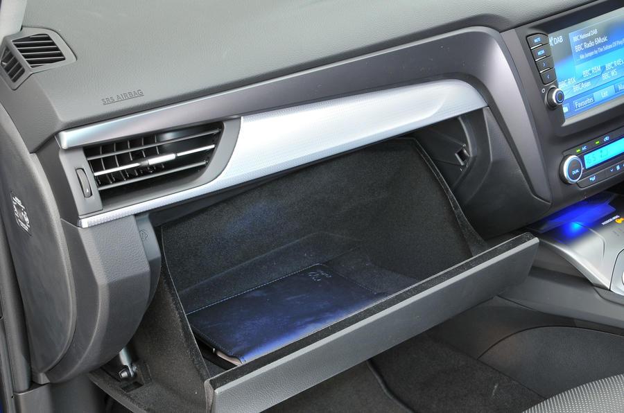 Toyota Avensis glovebox