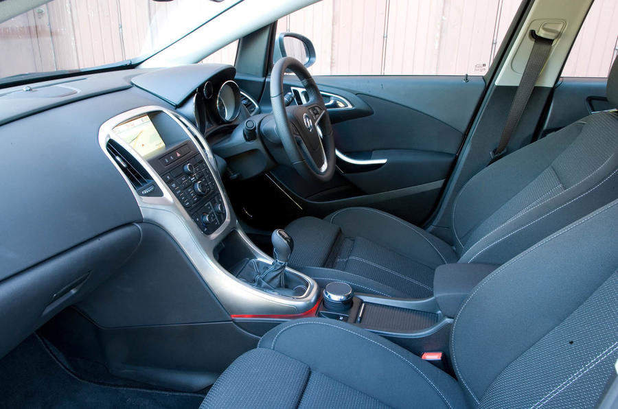 Vauxhall astra 2009 2015 review 2017 autocar for Opel astra 2014 interior
