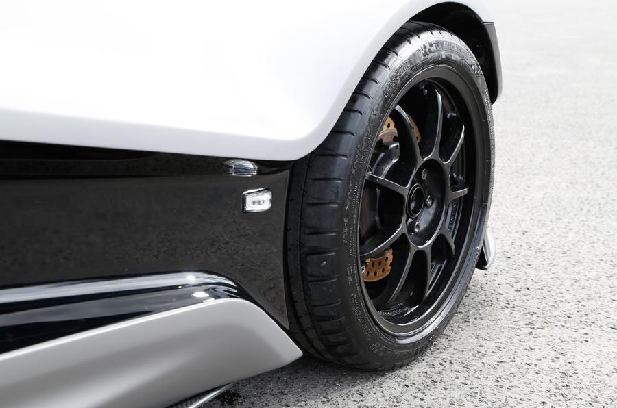 Lightweight Vuhl 05 racing alloys
