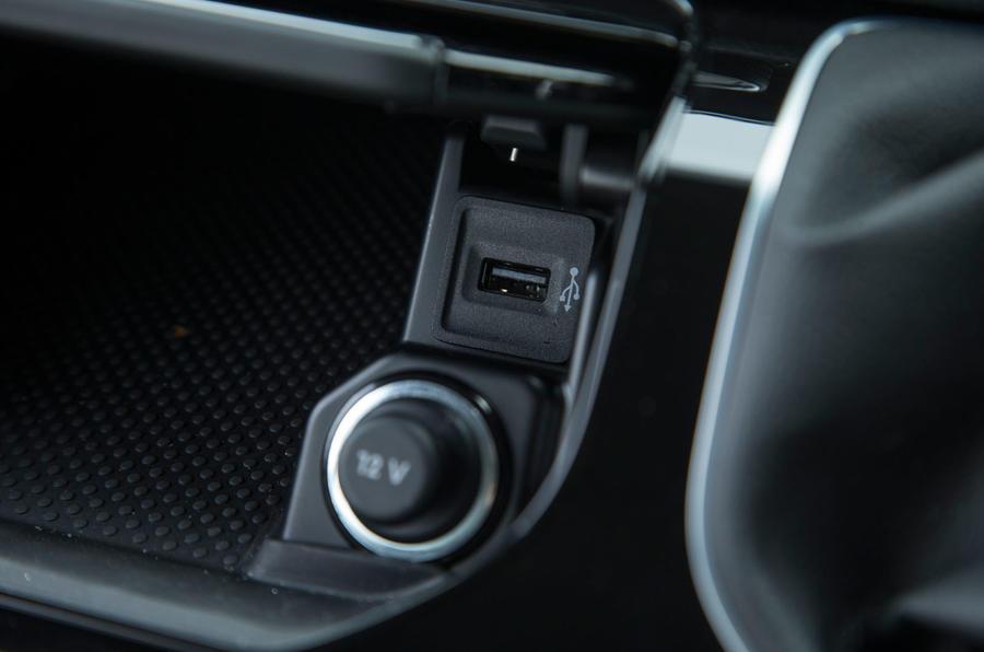 Volkswagen Caravelle USB and 12V socket