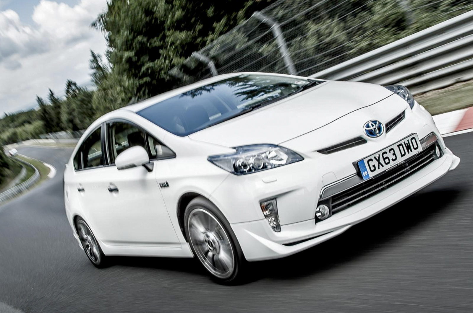 toyota prius plug in hybrid records 698mpg nurburgring lap. Black Bedroom Furniture Sets. Home Design Ideas