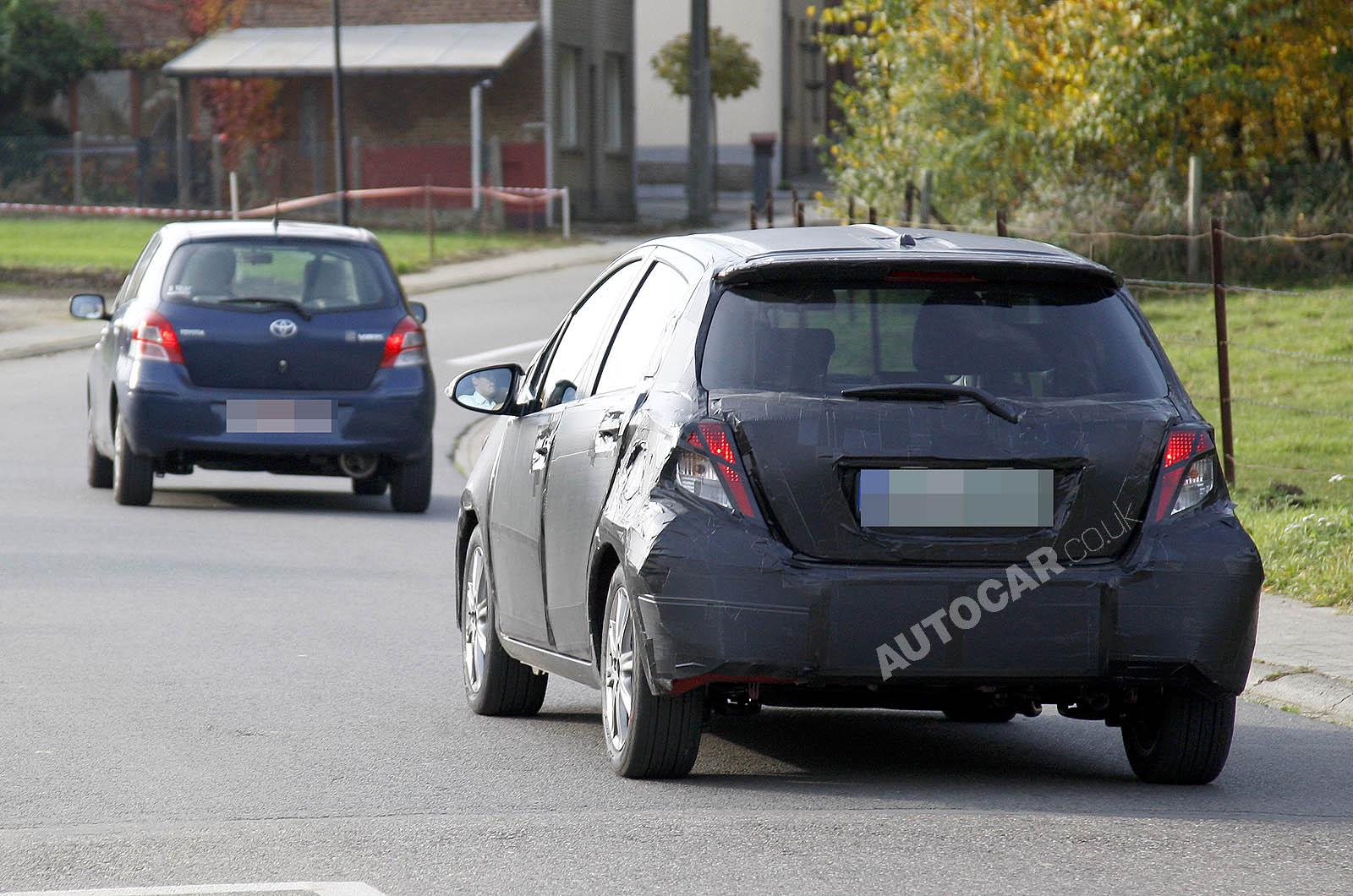 Toyota Yaris 2012 года: вид сзади.